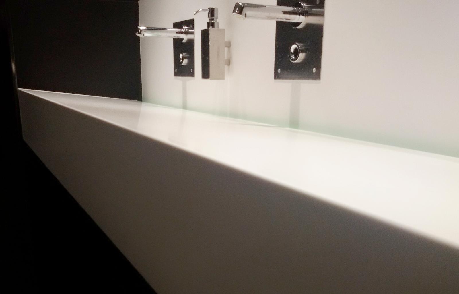 Tavoli in resina vasche in resina mobili in resina arkdeko 39 - Resina pareti bagno costi ...